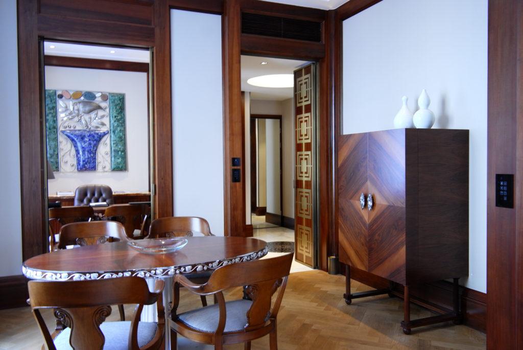 Blick vom Essbereich zum Foyer (rechts) und Arbeitszimmer (links)
